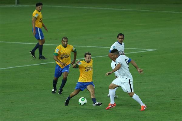 Ronaldo disputando un balón en la inauguración del Maracaná, donde su equipo ganó 8-5.