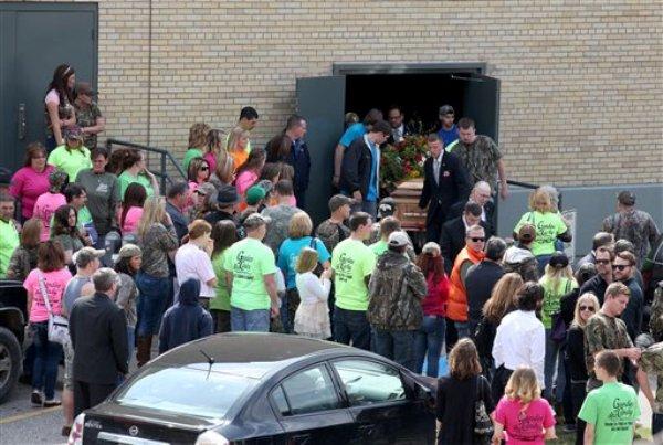 """Los restos del astro del reality""""Buckwild"""",  Shain Gandee, salen del Auditorio Municipal de Charleston tras su funeral el domingo 7 de abril de 2013. MTV dijo el miércoles 10 de abril de 2013 que cancelará """"Buckwild""""   tras la muerte de Gandee. Gandee apareció muerto en una camioneta por una intoxicación con monóxido de carbono el 1 de abril de 2013. (Foto AP/The Daily Mail, Brad Davis)"""