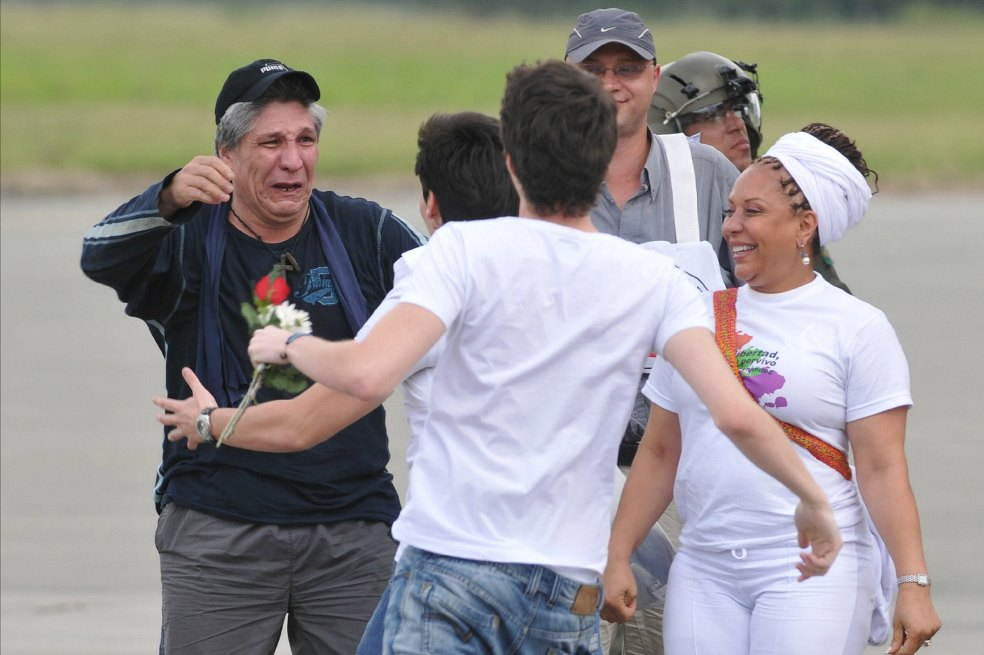 Sigifredo López junto a Piedad Cordava se reencuentra con sus familiares después de su cautiverio