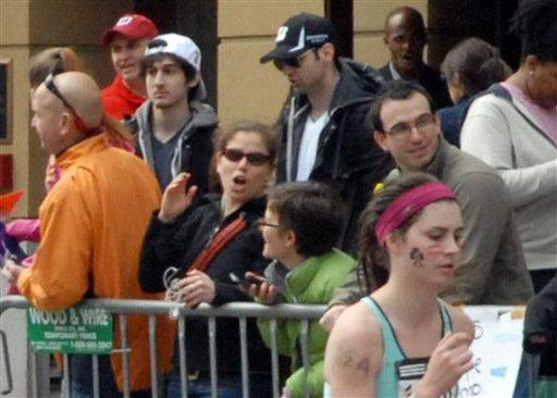 Foto tomada por Bob Leonard donde al fondo se ven Tamerlan Tsarnaev, de 26 años, y Dzhokhar A. Tsarnaev, de 19, presuntos autores de las explosiones en el Maratón de Boston, el 15 de abril de 2013. La imagen fue tomada unos 10 o 20 minutos antes de las detonaciones. (Foto AP/Bob Leonard)