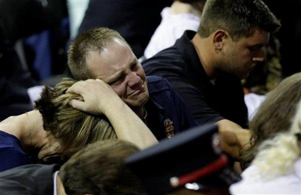 Bryce Reed, centro, asiste el funeral de su hermano, Cyrus Reed, y otras víctimas de la planta de fertilizantes de West, Texas, el jueves 25 de abril del 2013, en Waco, Texas. (Foto AP/Eric Gay)