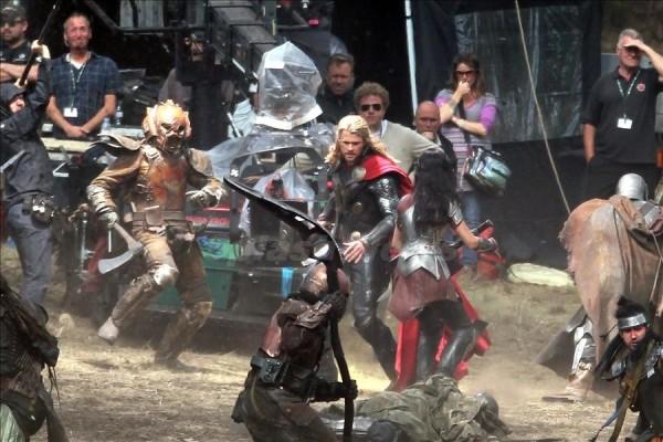 """Una escena de Thor """"The Dark World"""" donde se puede ver a Chris Hemsworth """"Thor"""" librando una batalla junto a Jaimie Alexander """"Sif"""" luchando contra los elfos oscuros"""