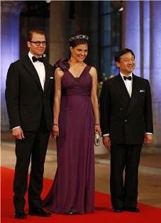 Victoria de Suecia, su esposo, y el Prinipe Naruhito de Japón.
