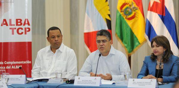 """Guayaquil, 23 de Abril del 2013. EN LA FOTO RODOLFO SANZ, SECRETARIO EJECUTIVO DEL ALBA- ELIAS JAUA MINISTRO DE RELACIONES EXTERIORES DE VENEZUELA Y JEANNETTE SÁNCHEZ MINISTRA COORDIANDORA DE POLÍTICA ECONÓMICA DE ECUADOR. En el Hotel Ramada se realiza el """"VIII Consejo de complementación Económica ALBA-TCP"""". APIFOTO/CÉSAR PASACA"""