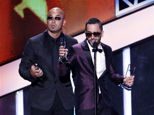 """Wisin, a la izquierda, y Yandel aceptan el Premios Billboard de la Música Latina al dúo o grupo """"Latin Rhythm"""" del año, el jueves 25 de abril del 2013 en Coral Gables, Florida. (AP Foto/Alan Díaz)"""