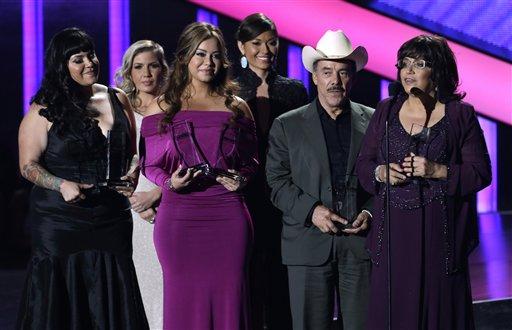 La familia de Jenni Rivera acepta sus seis Premios Billboard de la Música Latina, incluyendo el de artista del año, el jueves 25 de abril del 2013 en Coral Gables, Florida. (AP Photo/Alan Díaz)