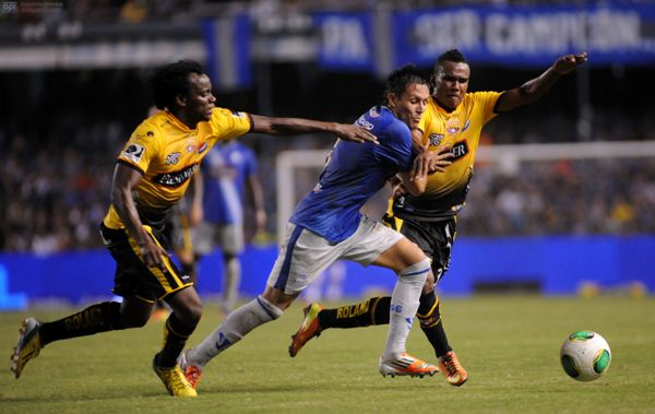 Guayaquil, 24 de Abril del 2013. EN LA FOTO MARCOS MONDAINI DE EMELEC Y LA HORMIGA PAREDES. En el estadio Capwell Emelec recibe al Barcelona. APIFOTO/CÉSAR PASACA