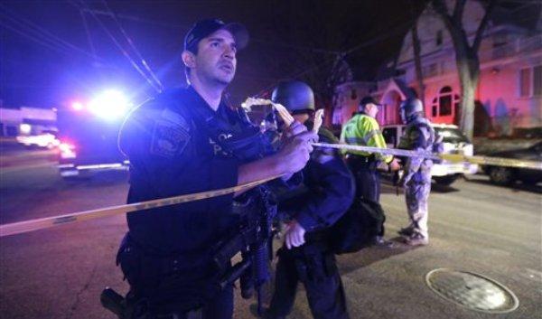La policía rodea un barrio de Watertown, cerca de Boston, el viernes 19 de abril del 2013. Fuentes de AP han indicado que los dos sospechosos en el atentado de la maratón de Boston son rusos de Chechenia, región mayoritariamente musulmana. (Foto AP/Julio Cortez)