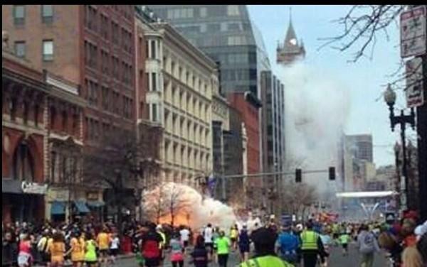 Explosión en la Maratón de Boston,, el lunes 15 de abril de 2013. (Foto AP/MetroWest Daily News, Ken McGagh)
