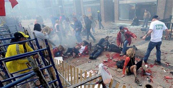 Personas heridas y escrombros en una acera cercana a la línea de meta del Maratón de Boston luego de estallar una de dos bombas, el lunes 15 de abril de 2013. (Foto AP/MetroWest Daily News, Ken McGagh) CREDITO OBLIGATORIO