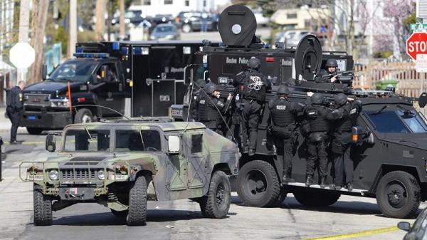 WATERTOWN (ESTADOS UNIDOS) 19/04/2013.- Agentes del cuerpo de policía participan en la operación de búsqueda y captura de los dos sospechosos de los atentados de Boston, en la localidad de Watertown, al oeste de Boston, hoy, viernes 19 de abril de 2013. EFE/CJ GUNTHER