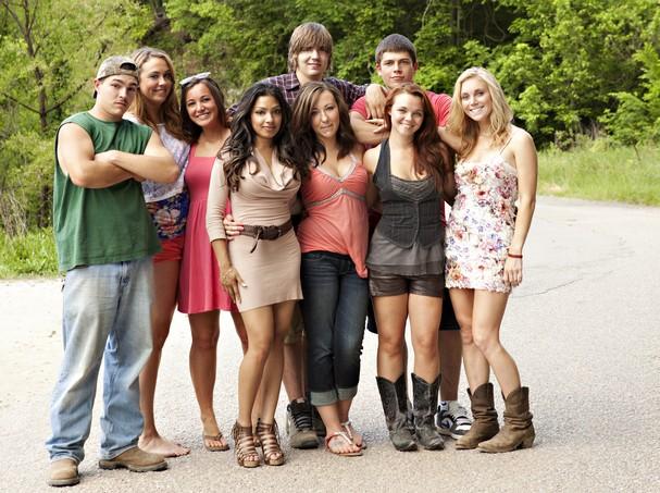 """El elenco del reality """"Buckwild"""", de izquierda a derecha Shain Gandee, Anna, Katie, Salwa, Joey, Ashley, Tyler, Cara y Shae. MTV dijo el miércoles 10 de abril de 2013 que cancelará """"Buckwild"""" tras la muerte de Gandee. Gandee apareció muerto en una camioneta por una intoxicación con monóxido de carbono el 1 de abril de 2013. MTV, ARCHIVO / FOTO AP"""