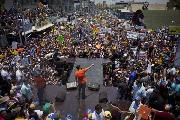 SFD04. SAN FERNANDO (VENEZUELA), 10/04/2013.- El candidato de oposición a la presidencia de Venezuela, Henrique Capriles Radonsky (c), saluda a sus seguidores hoy, jueves 11 de abril de 2013, durante el evento de cierre de su campaña, en San Fernando, estado de Apure (Venezuela). Capriles apura las últimas horas de la campaña llamando a sus seguidores a votar el domingo y criticando con dureza la gestión en materia económica de su rival y gobernante encargado, Nicolás Maduro. EFE/Boris Vergara