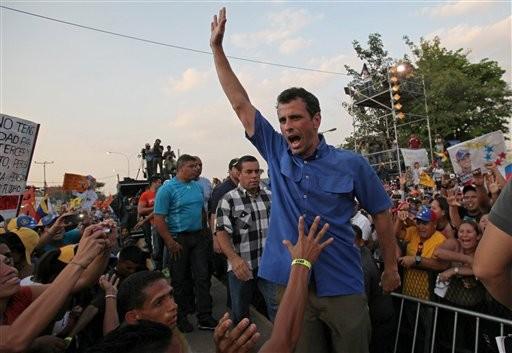 El candidato presidencial de la oposición en Venezuela Henrique Capriles saluda a sus simpatizantes en un acto de campaña en Puerto La Cruz, Venezuela, el lunes 8 de abril de 2013.  (AP foto/Fernando Llano)