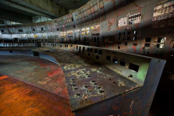Aquel día, durante una prueba en la que se simulaba un corte de suministro eléctrico, un aumento súbito de potencia en el reactor 4 de esta central nuclear, produjo el sobrecalentamiento del núcleo del reactor nuclear, lo que terminó provocando la explosión del hidrógeno acumulado en su interior. La cantidad de dióxido de uranio, carburo de boro, óxido de europio, erbio, aleaciones de circonio y grafitoexpulsados, materiales radiactivos y/o tóxicos que se estimó fue unas 500 veces mayor que el liberado por la bomba atómica arrojada en Hiroshima en 1945, causó directamente la muerte de 31 personas y forzó al gobierno de la Unión Soviética a la evacuación de 116 000 personas provocando una alarma internacional al detectarse radiactividad en, al menos, 13 países de Europa central y oriental.