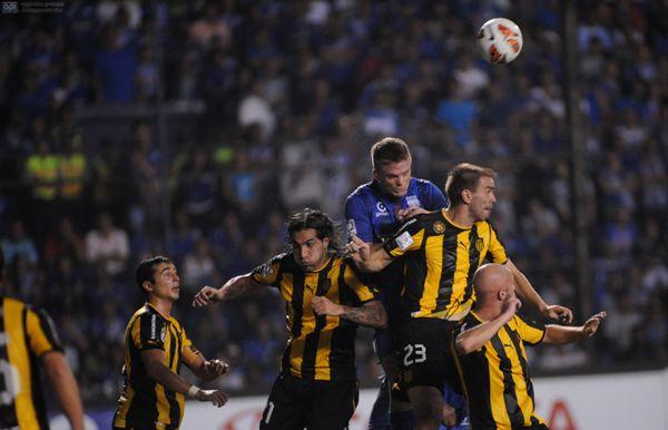 Guayaquil, 2 de Abril del 2013. En el estadio ?George Capwell? Emelec de Ecuador recibe al Peñarol de Uruguay en un partido de copa Libertadores. APIFOTO/CÉSAR PASACA