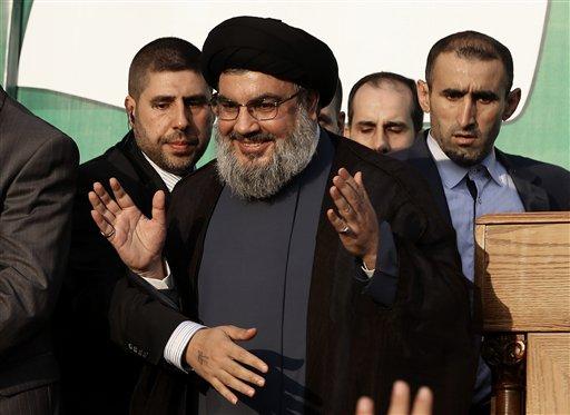 En esta fotografía del lunes 17 de septiembre de 2012, el líder de Jezbolá Hasán Nasralá (centro), saluda a simpatizantes en Beirut, Líbano. Nasralá dijo que los rebeldes sirios no serán capaces de vencer al régimen de Bashar Assad. (Foto AP/Hussein Malla/Archivo)