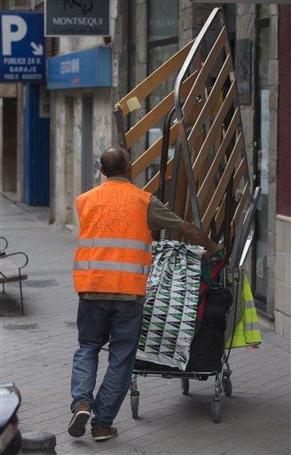 Un hombre empuja un carro con chatarra en Madrid el viernes, 26 de abril del 2013. España espera reducir su déficit presupuestario al 3%, límite marcado por la Unión Europea, para fines del 2016, dos años después de lo prometido. (Foto AP/Paul White)