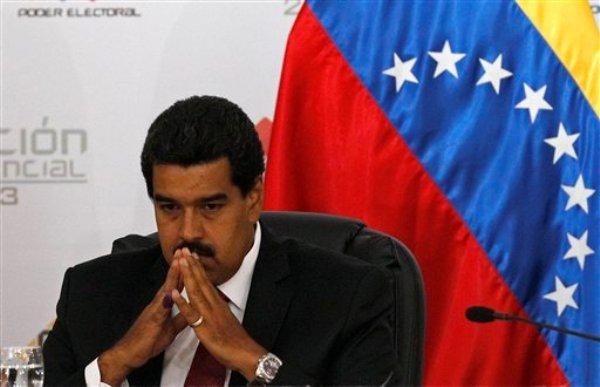 Nicolás Maduro aguarda para el inicio de una ceremonia en el Consejo Electoral en la que se certificó su victoria en la elección presidencial del domingo, el lunes 15 de abril de 2013 en Caracas, Venezuela. (Foto AP/Ariana Cubillos)