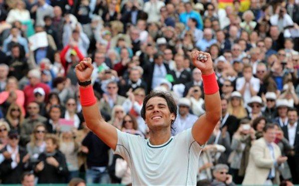 El español Rafael Nadal festeja tras vencer al francés Jo-Wilfried Tsonga y avanzar a la final del Masters de Montecarlo el sábado, 20 de abril de 2013, en Mónaco. (AP Photo/Claude Paris)