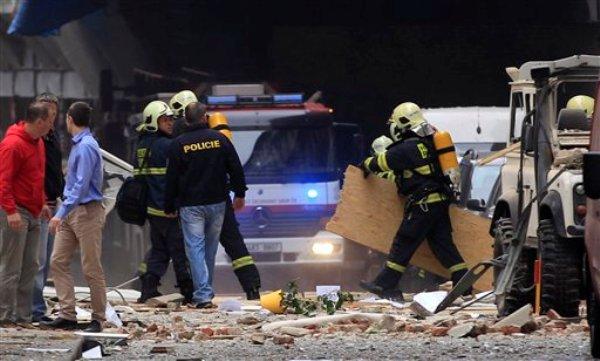 Policías y bomberos inspeccionan el sitio de una explosion en el centro de Praga, el lunes 29 de abril de 2013. (Foto AP/Petr David Josek)