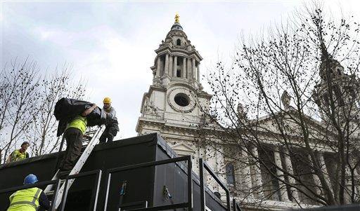 Trabajadores preparan un palco para la prensa a medida que avanzan los preparativos para el funeral de la ex primera ministra Margaret Thatcher en la Catedral de San Pablo en Londres, el viernes 12 de abril de 2013. El funeral de Thatcher está previsto para el miércoles 18 de abril. (AP Foto/Kirsty Wigglesworth)