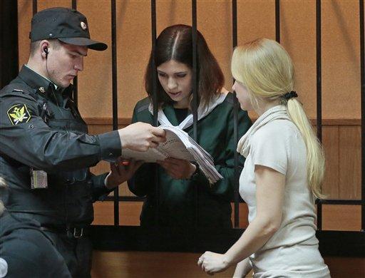 Nadezhda Tolokonnikova, integrante de la banda punk feminista rusa, Pussy Riot, detrás de las rejas en una corte en Zubova Polyana a 440 kilómetros al suroeste de Moscú en la provincia rusa deMordovia, el viernes 26 de abril de 2013. Tolokonnikova cumple una sentencia a dos años en prisión por una protesta irreverente realizada en la principal catedral de Moscú contra el presidente Vladimir Putin. (Foto AP/Mikhail Metzel)