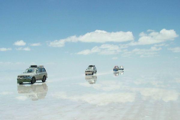 El Salar de Uyuni, más conocido como el espejo del cielo, en Bolivia, por donde pasará el rally Dakar 2014.