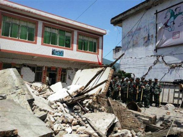 Fotografía proporcionada por la agencia de noticias china Xinhua muestra edificios destruidos por un sismo poderoso en la villa de Gucheng en la ciudad de Ya'an de la provincia de Sichuan, suroeste de China, el sábado 20 de abril de 2013.  (Foto AP/Xinhua, Hai Mingwei)