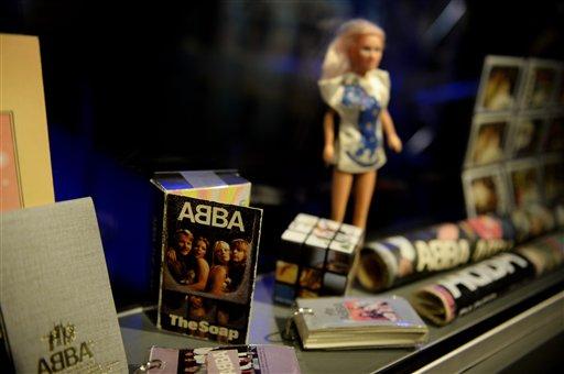 Objetos del Museo ABBA en el Salón de la Fama de la Música Sueca en Estocolmo, Suecia, el lunes 6 de mayo de 2013. El museo se inaugurará al público el martes con objetos, videos y vestuarios del grupo. (Foto AP/ Scanpix Sweden/ Jessica Gow)