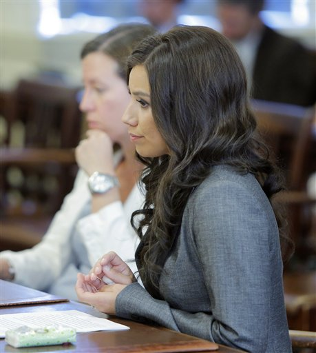 Alexis Wright escucha a la juez Nancy Mills durante su audiencia de sentencia en el tribunal superior del condado de York en Alfred, Maine el viernes 31 de mayo de 2013. (Foto de AP/Portland Press Herald, Gregory Rec)