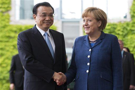 La canciller alemana Angela Merkel, derecha, estrecha la mano del primer ministro de China, Li Keqiang, en la cancillería de Berlín el domingo, 26 de junio del 2013. (Foto AP/Markus Schreiber)