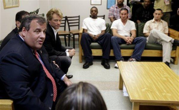 El gobernador de Nueva Jersey Chris Christie, izquierda, junto con el cantante Jon Bon Jovi, segundo de izquierda a derecha, visita a pacientes de un programa de rehablitación en Barnert Medical Arts Complex el jueves 2 de mayo de 2013. El gobernador firmó el jueves una ley de protección para quienes pidan ayuda para aquellos que sufren una sobredosis. (Foto AP/Julio Cortez)
