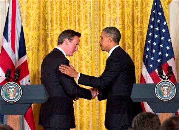 El presidente estadoudense Barack Obama estrecha la mano del primer ministro británico David Cameron alñ final de una conferencia de prensa conjunta el lunes, 13 de mayo del 2013, en Washington. (Foto AP/J. Scott Applewhite)