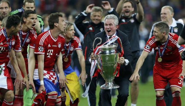 Jupp Heynckes celebra la victoria con el trofeo en las manos.