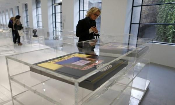 110 vitrinas conforman la exposición que retrata el entorno de 'Coco'. (AP)