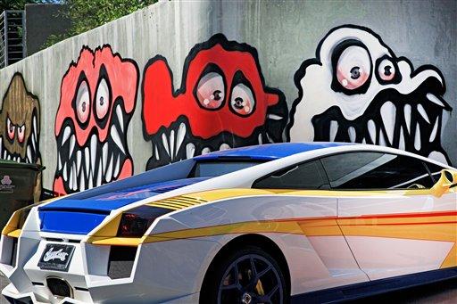 En esta foto del domingo 12 de mayo 2013, un mural pintado afuera de la casa del músico Chris Brown en Los Angeles que ha llevado a un grupo de vecinos a quejarse. (AP Foto/Richard Vogel)