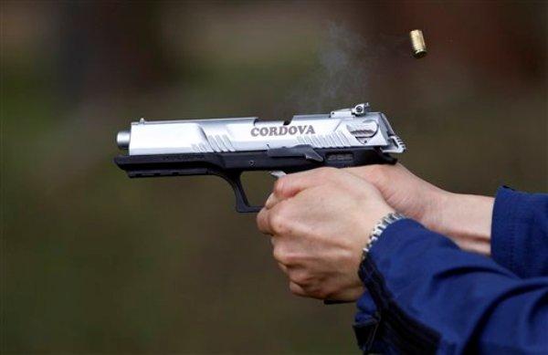 En esta fotografía del 29 de abril de 2013 un empleado dispara un prototipo de la nueva pistola «Córdova» producida por la estatal Industria Militar en Soacha, Colombia. La pistola 9 milímetros saldrá al mercado en los primeros días de junio. (AP foto/Fernando Vergara)