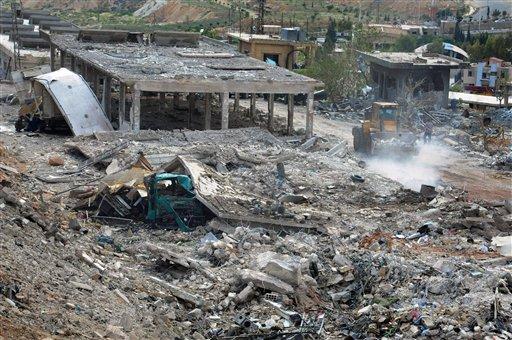 En esta foto del 5 de mayo del 2013 sumiistrada por la agencia noticiosa oficial siria SANA, los trabajadores despejan los escombros de edificios destruidos por un ataque aéreo israelí en Damasco, Siria (AP Foto/SANA, Archivo)