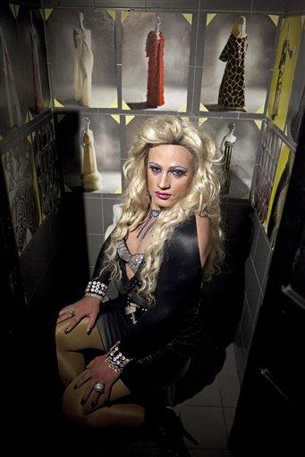 """Dayan Sánchez, 25, un gay y artista travesti conocido como """"Venus"""" posa antes de presentarse en un espectáculo de la moda en La Habana, Cuba, el jueves 16 de mayo de 2013. Una semana de desfiles, espectáculos y eventos culturales gays concluyó el viernes 17 de mayo de 2013. (AP Photo/Ramon Espinosa)"""