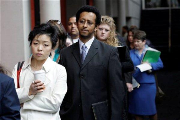 Foto del martes, 27 de abril del 2010 de los asistentes a una feria de trabajo en Tacoma, Washington. El Departamento de Trabajo dijo el jueves, 9 de mayo del 2013 que el número de estadounidenses que solicitaron beneficios por seguro de desempleo bajó en la primera semana de mayo. (Foto AP/Ted S. Warren)