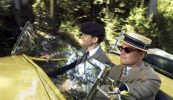"""Tobey Maguire en el papel de Nick Carraway y Leonardo DiCaprio como Jay Gatsby en una escena de """"The Great Gatsby"""" en una imagen proporcionada por Warner Bros.  (Foto AP/Warner Bros. Pictures)"""