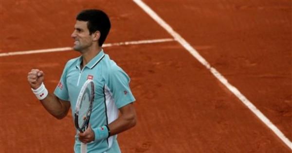El serbio Novak Djokovic festeja un punto contra el belga David Goffin en su partido por la primera ronda del Abierto de Francia el martes, 28 de mayo de 2013, en París (AP Photo/Michel Spingler)