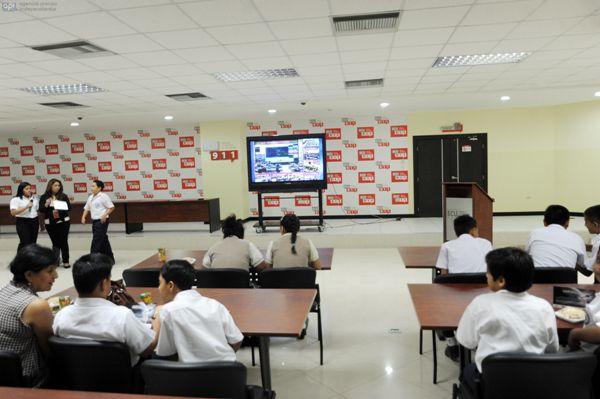 Guayaquil, En el ECU911 se recibio las primeras informaciones enviadas por el satelite PEGASO. A la misma acudieron estudiantes de diferentes instituciones educativas, los cuales pudieron ver la transmicion. APIFOTO/CÉSAR PASACA