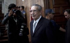 Efraín Ríos Montt entrando al juzgado