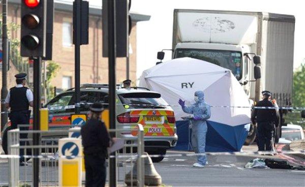 Una carpa se levanta cerca del escenario de un ataque en Woolwich, Londres, el 22 de mayo del 2013. Dos hombres atacaron a otro cerca de un cuartel militar el miércoles, en lo que las autoridades británicas investigan como posible ataque terrorista. Uno murió y otros dos están heridos (AP Foto/Alastair Grant)