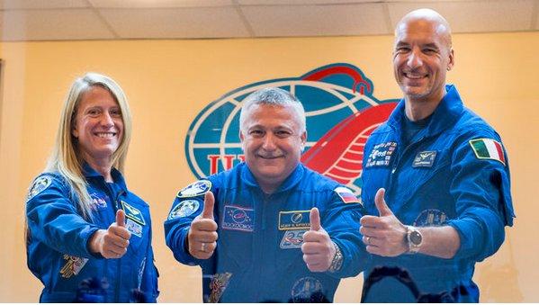 Fotografía facilitada por la NASA hoy, martes 28 de mayo de 2013, que muestra a los miembros de la expedición 36/37 a la Estación Espacial Internacional (EEI), la ingeniera de vuelo estadounidense Karen Nyberg (i), de la NASA, el comandante ruso de la Soyuz, Fyodor Yurchikhin (c), de la Agencia Espacial Federal de Rusia (Roscosmos), y el ingeniero de vuelo italiano Luca Parmitano (d), de la Agencia Espacial europea, mientras un sacerdote ortodoxo les bendice durante la ceremonia de despedida realizada antes de embarcar en la nave rusa Soyuz, en Baikonur (Kazajistán). EFE