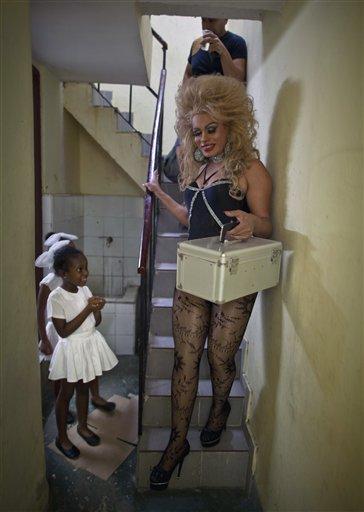 """En esta foto del 11 de mayo de 2013, Abrahan Bueno, 39, un gay y artista travesti conocido como """"Imperio"""" desciende las escalas para presentarse en un espectáculo en el teatro Carlos Marx en La Habana, Cuba. Una semana de desfiles, espectáculos y eventos culturales gays concluyó el viernes 17 de mayo de 2013. (AP Photo/Ramon Espinosa)"""