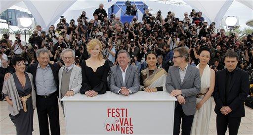 De izquierda a derecha los integrantes del jurado Lynne Ramsay, Ang Lee, Steven Spielberg, Nicole Kidman, Daniel Auteuil, Vidya Balan, Christoph Waltz, Naomi Kawase y Cristian Mungiu durante una sesión de fotos en la 66ª edición del Festival de Cine de Cannes en Francia, el miércoles 15 de mayo de 2013. (Foto AP/ Francois Mori)