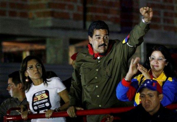 Presidente interino venezolano Nicolás Maduro saluda a sus partidarios durante un acto de campaña en Caracas, 5 de abril de 2013. En La Habana, el dirigente guerrillero Ricardo Téllez dijo a la AP el sábado 6 de abril de 2013 que un triunfo de Maduro en las elecciones del 14 de abril le daría un respaldo al dialogo de paz que las FARC adelantan con el gobierno colombiano (AP Foto/Ariana Cubillos)